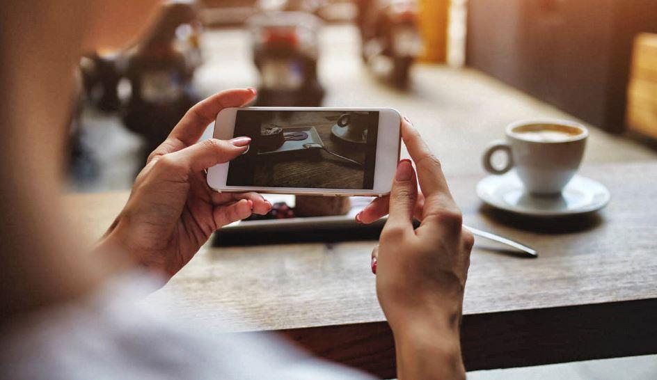 femme regardant video d'entreprise sur son telephone portable