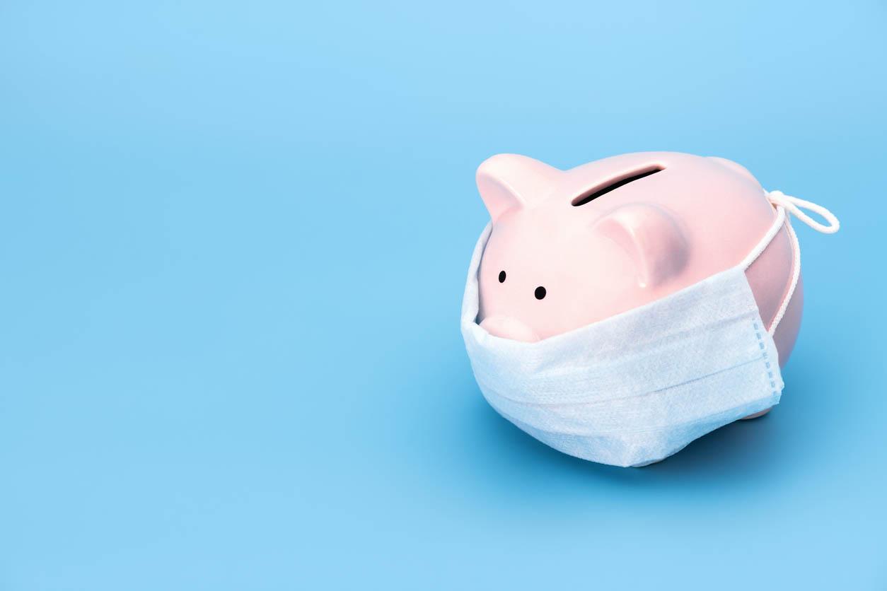 tirelire representant l'épargne avec masque pour coronavirus