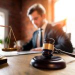 juge travaillant dans le bureau