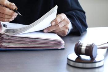 juge en train de lire des procédures