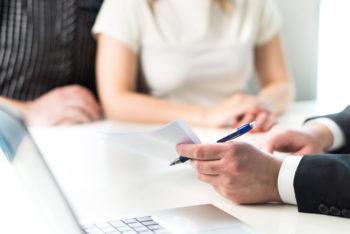 Couple rencontre avec le conseiller juridique, agent immobilier, homme d'affaires ou banquier